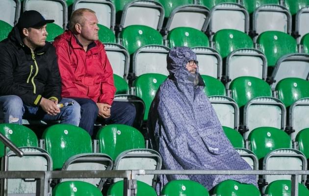 Kui kaugele on inimesed valmis minema, et tribüünil istuda? See pilt pärineb Soome ja Eesti mängust Turus, mitte Premium liigast. Foto: Brit Maria Tael