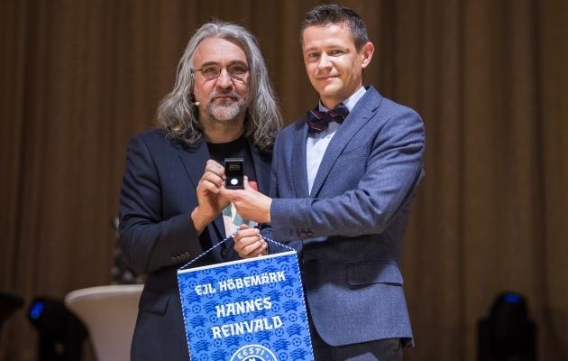 Aivar Pohlak andis Jalgpalligalal 2018 Hannes Reinvaldile üle EJL-i hõbemärgi. Foto: Jana Pipar / EJL