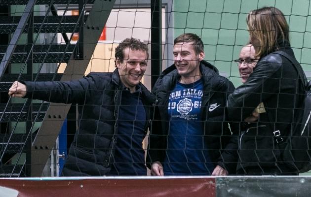 Dmitrijev (keskel) jälgis mänge koos kälimehe Konstantin Vassiljevi ja vana võitluskaaslase Vladimir Voskoboinikoviga (küljega). Foto: Brit Maria Tael