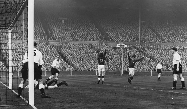 Puskas lõi äsja värava, Inglismaa - Ungari 1953. aastal Wembleyl. Foto: allbluedaze.wordpress.com