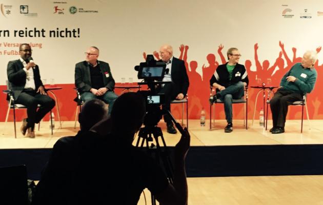 """""""!Nie Wieder"""" kolmas päev Frankfurdis. Vasakul jutuhoos endine profijalgpallur Cacau, kõige parempoolsem 86-aastane Ernst Grube. Foto: Andres Must"""