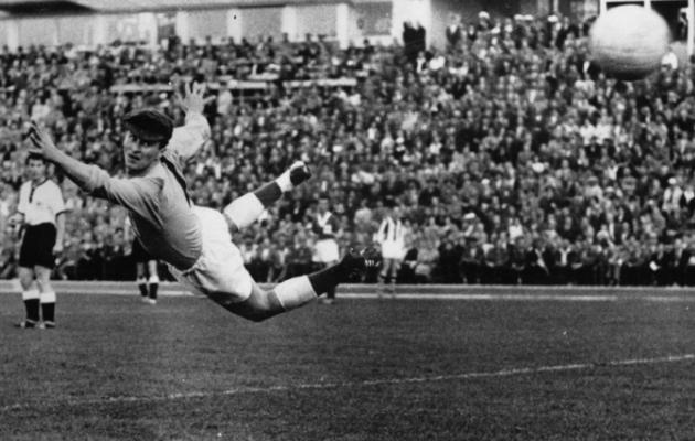Episood 1958. aasta MM-finaalturniirilt. Osales 16 koondist, kusjuures mitte ainsatki Aasiast või Aafrikast. Mängiti mättalistel staadionitel, kehva kvaliteediga palliga. Aga endiselt leidub tegelasi, kelle arvates ideaalne MM just selline ongi! Foto: FIFA Twitter