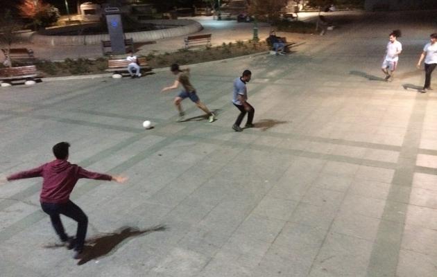 Gezi pargis, mis õnnestus päästa peamiselt tänu jalgpallifännide protestile, tagusid poisikesed vutti ka südaööl. Foto: Indrek Schwede