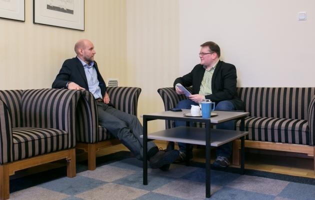 Isamaa riigikogu fraktsiooni esimees Helir-Valdor Seeder andis Soccernet.ee ajakirjanikule Ott Järvelale intervjuu oma kabinetis Toompea lossis. Foto: Brit Maria Tael