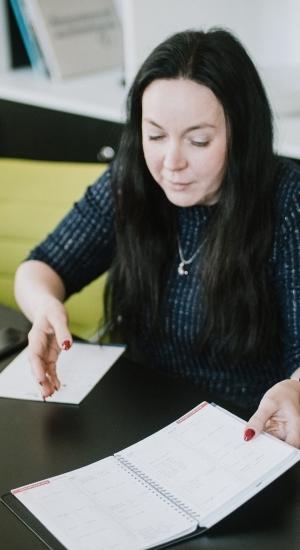 Monica Ranna kalender kubiseb erinevatest jalgpalliüritustest, sest Tartu abilinnapeana töötamise kõrvalt tegutseb ta FC Flora vabatahtlike koordinaatorina. Foto: Kiur Kaasik