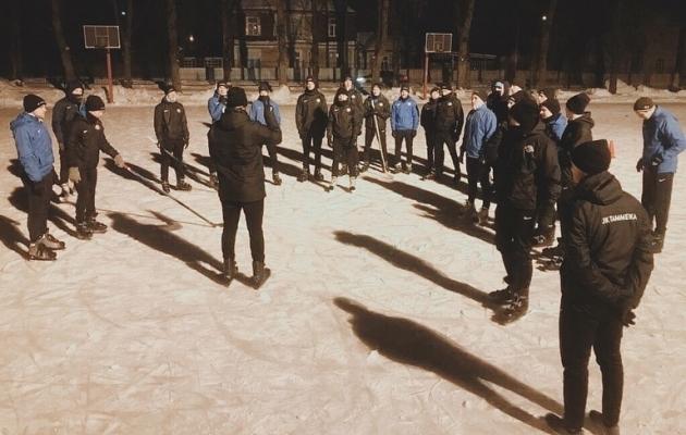 Tammeka esindusmeeskond uut spordiala proovima - seekord jäähokit. Foto: Tammeka Instagram