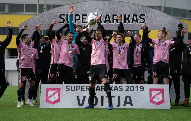 Kalju kapten Maximiliano Ugge tõstis üles klubi esimese superkarika. Foto: Liisi Troska