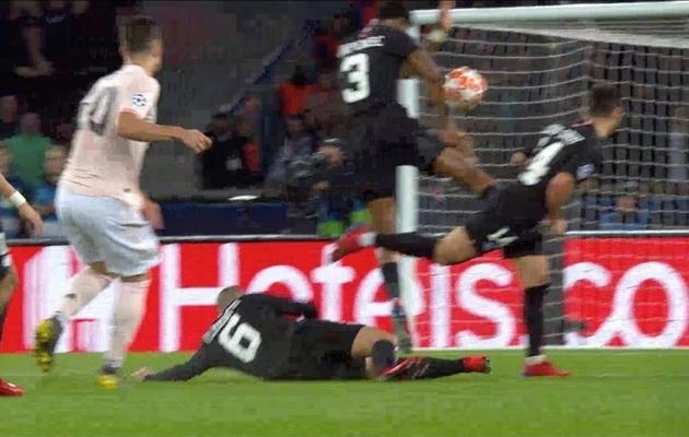 Olukord mõned sekundid hiljem, kus löök on Kimpembe kätt tabanud. Foto: UEFA