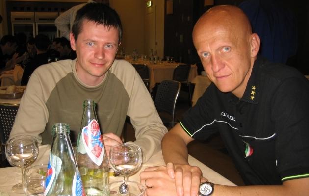 Hannes Reinvald ja Pierluigi Collina 2005. aastal Itaalias U17 EM-finaalturniiri ajal lõunalauas. Foto: erakogu