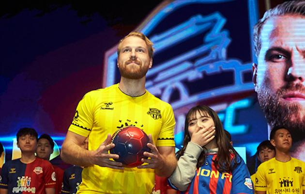 Henri Anier Suwon FC hooajaeelsel esitlusel. Foto: Suwoni Facebook