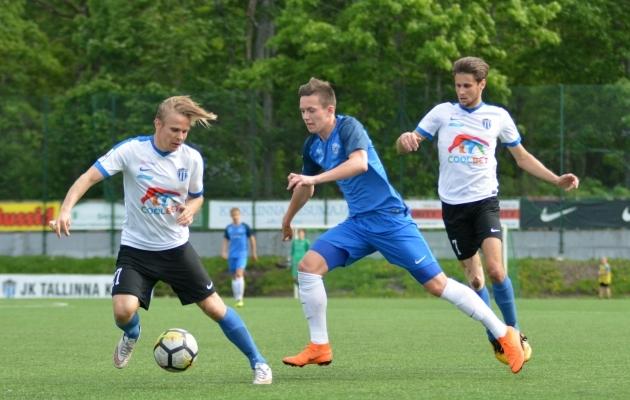 Artur Uljanov eelmisel hooajal Kalevi mängijate Andreas Raudsepa ja Roman Sobtšenko vahel. Foto: Liisi Troska