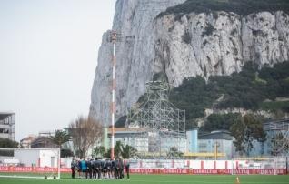 Galerii: Gibraltari vutimehed valmistuvad maalilisel staadionil duelliks Eestiga