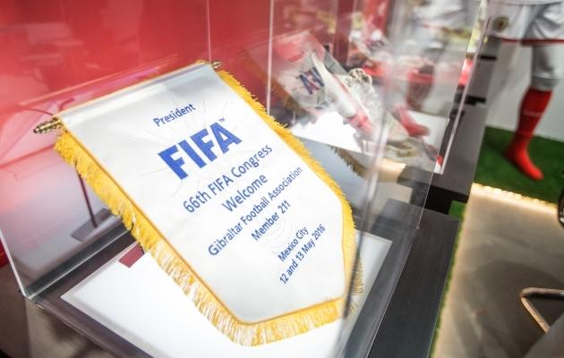Gibraltari jalgpalliliidu poes eksponeeritakse vitriinis vimplit, millega FIFA kinnitas kaljuriigi liikmeks võtmist 2016. aastal. Hispaania proovis poliitilistel põhjustel Gibraltari FIFA-sse pääsemist takistada, aga lõpuks kohustas Rahvusvaheline Spordikohus (CAS) FIFA-t, et Gibraltar tuleb vastu võtta. Foto: Jana Pipar / EJL