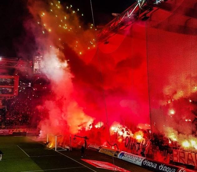 Sõda lahti?! Ei, kõigest tavaline liigamäng PAOK-i ja Olympiacose vahel. Foto: When Sunday Comes / Twitter.