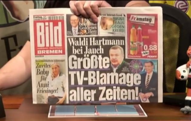 """WDR telesaates """"Zeiglers wunderbare Welt des Fußballs"""" (""""Zeigleri imeline jalgpallimaailm"""") demonstreeris saatejuht Arnd Zeigler ajalehe Bildi esikaant: """"Teleajaloo suurim häbiplekk!"""". Foto: Youtube"""
