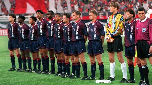 Amsterdami Ajaxi koosseis 1995. aasta Meistrite liiga finaalis. Vasakpoolseim mees on Jari Litmanen, väravavahiks Edwin van der Sar, kapteniks praegu meeskonda kuuluva Daley Blindi isa Danny Blind. Foto: Meistrite liiga Twitter