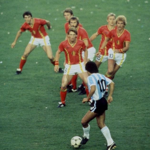 Legendaarne jäädvustus Maradonast kuue belglase vastu. Foto: the42.ie
