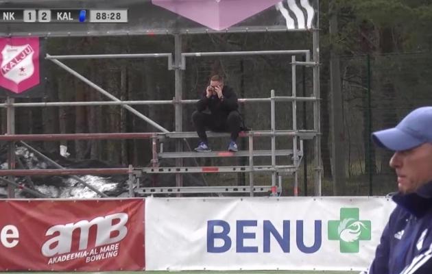 Mängu viimased minutid veetis Tehva üksi tribüüninurgal telefoniga rääkides. Foto: kuvatõmmis