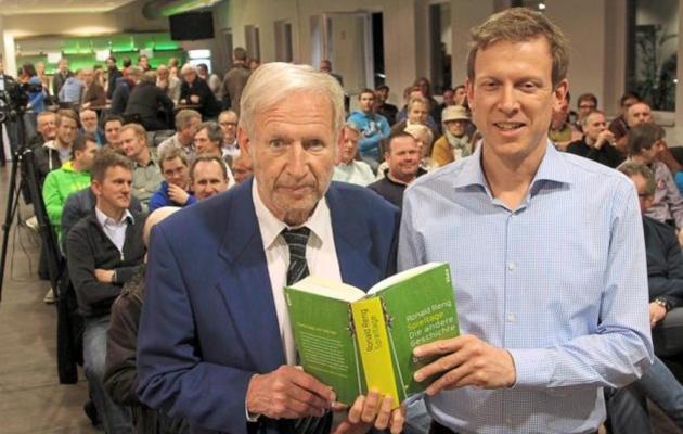 Heinz Höher (vasakul) ja Ronald Reng kahasse kirjutatud raamatu esitlusel. Foto: wn.de