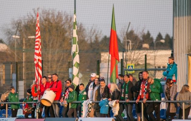 Kohtumist jälgis Tabasalu staadionil esialgse protokolli kohaselt 521 pealtvaatajat, kelle seas oli ka paarkümmend Elvast kohale sõitnud külalismeeskonna toetajad. Foto: Brit Maria Tael