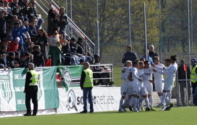 FC Flora meeskond tähistab oma fännide ees 2:1 väravat. Foto: Oliver Tsupsman