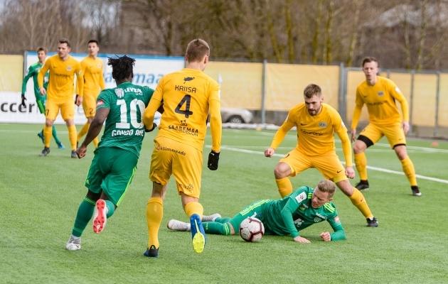 Markus Jürgenson on kukkunud pärast kontakti Ranon Kriisaga ja kohtunik määranud penalti. Korduse põhjal otsustades viga polnud ja penaltit poleks tohtinud fikseerida. Foto: Allan Mehik