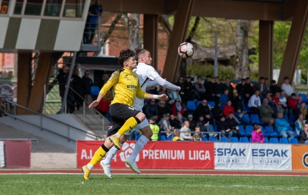 Herol Riiberg (paremal) võitleb palli pärast Mark Eduriga. Foto: Liisi Troska