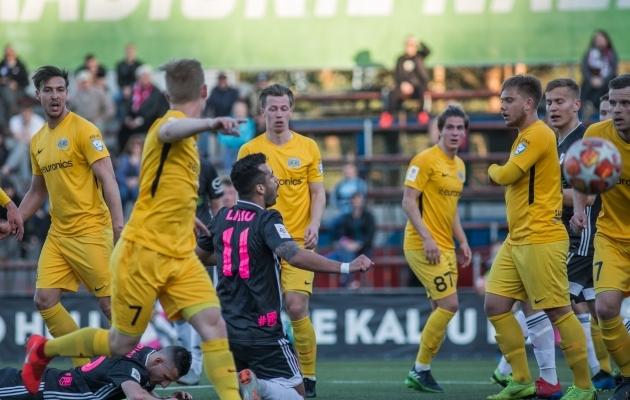FC Kuressaare kaitses küll suurte jõududega, aga eriti esimesel poolajal avanes Nõmme Kaljul rohkesti väravavõimalusi. Foto: Jana Pipar / jalgpall.ee