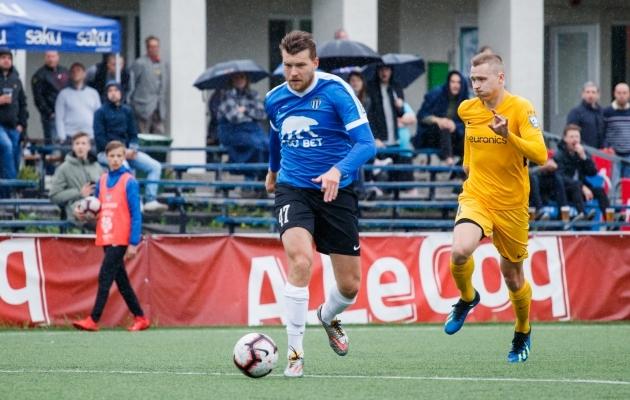 Hannes Anier palliga ees, kaitsjad teda taga ajamas: sümboolselt võttes kulges nii kogu mäng. Foto: Oliver Tsupsman