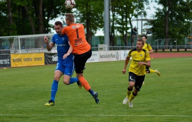 Sellest hoobist sai Tammeka penalti ja Sten Reinkort oma mängu lõpu. Foto: Edgar Kriisk