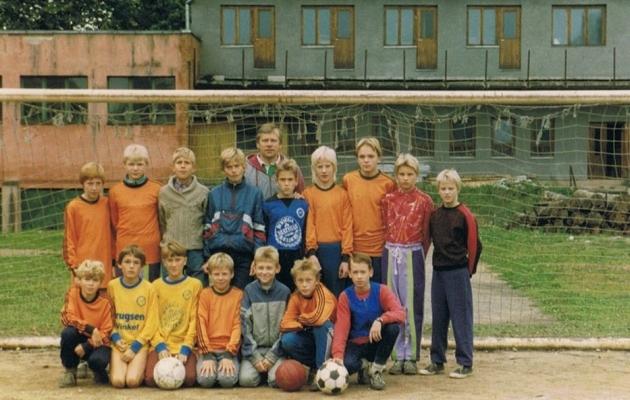 Foto Tartu Tammeka algusaegadest. Noortemeeskonna selja taga seisab treener Hillar Otto. Foto: Tartu Tammeka Facebooki-leht