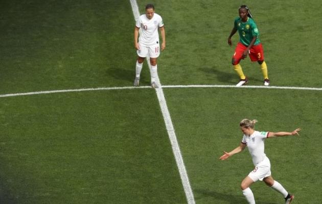 Oioi, kui jõle! Kameruni mängija sülitas vaese inglase käe peale