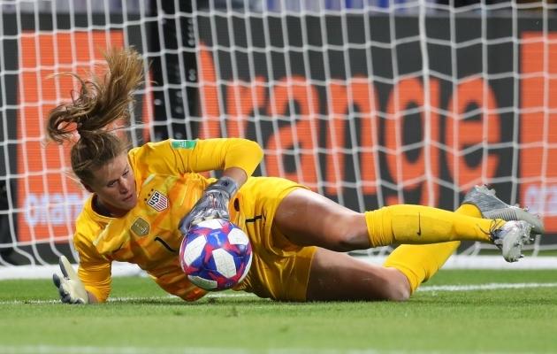USA väravavaht Alyssa Naeher tõrjus MM-i poolfinaali 84. minutil penalti. Foto: USA jalgpalliliidu Twitter