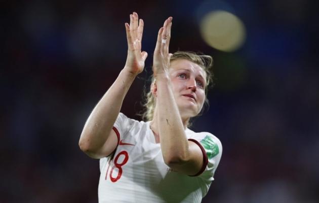 Pisarais Inglismaa ründaja Ellen White tänab pärast kaotatud poolfinaali naiskonna fänne. Foto: Inglismaa jalgpalliliidu Twitter