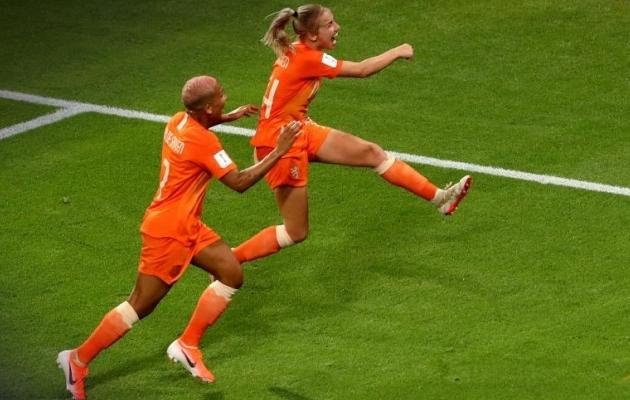 Hollandi poolkaitsja Jackie Groenen (paremal) tähistab väravat, mis viis valitseva Euroopa meistri MM-finaali, kus pühapäeval on vastaseks USA. Foto: FIFA Twitter