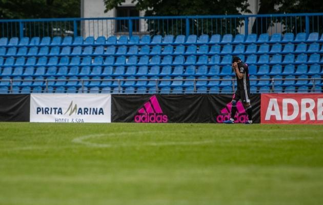 Õnnetu ja pettunud Andri Markovitš jäi pärast lõpuvilet tükiks ajaks üksi staadionimurule. Foto: Gertrud Alatare