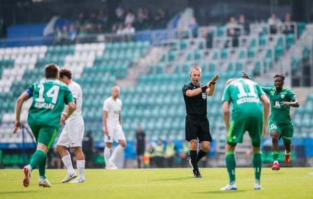 Hetk mängust: Roomer Tarajev on äsja näidanud penaltipunktile, Levadia mehed tõttavad protestima. Foto: Brit Maria Tael