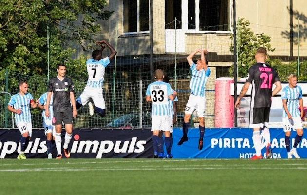 Paide Linnameeskonna ründajad Alassana Jatta ja Ander Ott Valge tähistavad 1:0 väravat. Foto: Liisi Troska