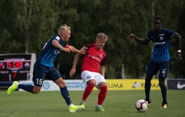 Alassana Jatta (paremal) viimaseks mänguks Eesti pinnal jäi võit Transi üle, kelle vastu andis ta ka väravasöödu. Tema kohale vaadatakse juba uut Gambia meest, oma sõna loodavad sekka öelda ka kohalikud mehed. Foto: Liisi Troska