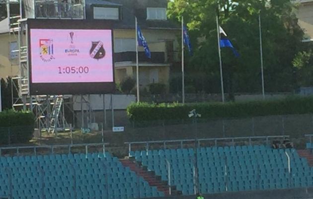 Valepidi vardasse tõmmatud Eesti lipp (paremal) Josy Bartheli staadionil. Foto: Ott Järvela