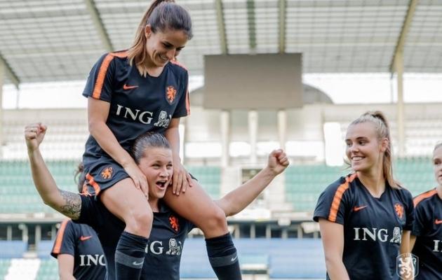 Hollandi naised Tallinnas treeningul. Sherida Spitse kannab Danielle van de Donki kukil. Foto: Oranje Leeuwinneni Twitter