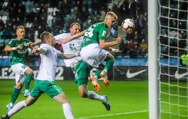Viigiväravaga lõppenud hetk: Jevgeni Ossipov on äsja tabanud jalaga näkku Henrik Pürgi. Foto: Janek Eslon / FC Flora