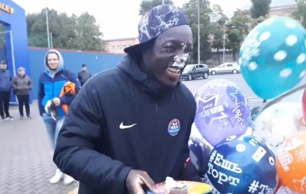 Video: Iriele määriti sünnipäeva puhul kook näkku