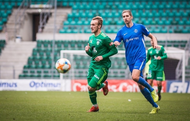 Reio Laabus (paremal) võitlemas Mark Oliver Roosnupu vastu. Foto: Jana Pipar / jalgpall.ee
