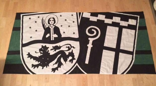 Mönchengladbachi sümbolid: paremal ristimärk, vasakul linna kaitsepühak Vitus. Siin kantuna Borussia fännide lipule. Foto: Fanhilfe Mönchengladbach