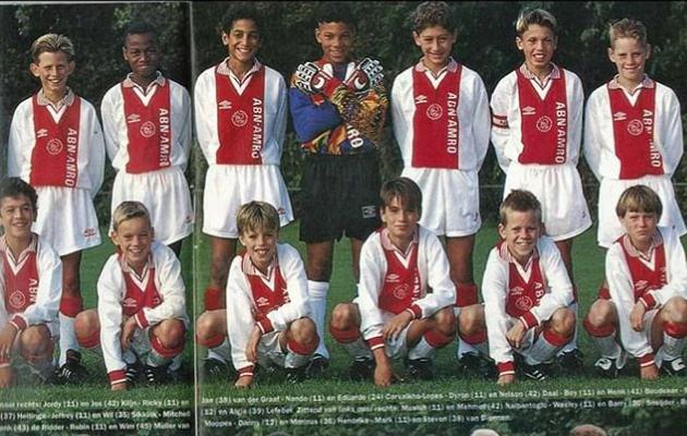 Ajaxi D1 võistkond aastast 1995. Väike Nando taga vasakult teine. Foto: Amsterdami Ajax