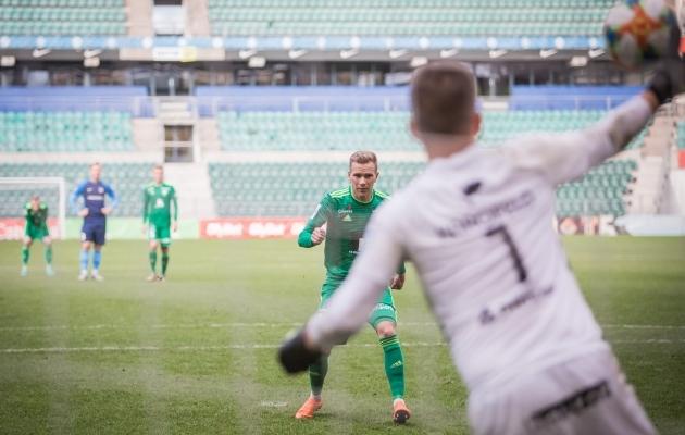 Magnus Karofeld oli Markus Jürgensoni penalti tõrjumisele küll lähedal, kuid kätt siiski vahele ei saanud. Foto: Jana Pipar / jalgpall.ee