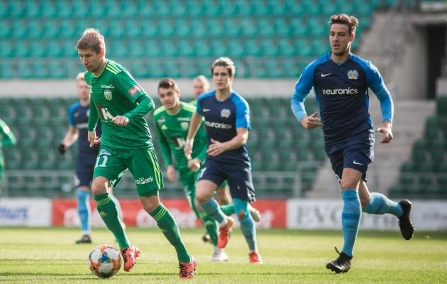 Valmas (paremal) kinkis Levadiale üleminutitel penalti, millest 2:1 võit võeti. Foto: Jana Pipar / jalgpall.ee