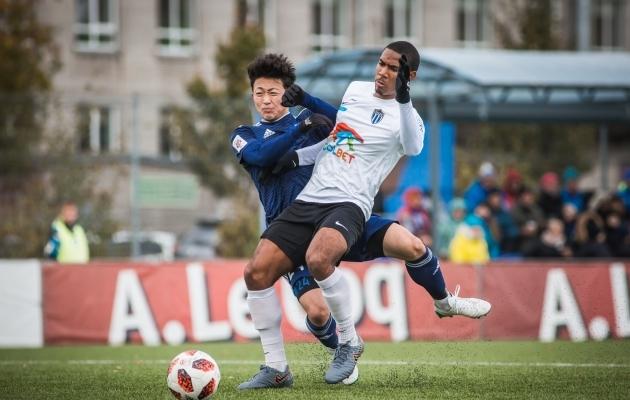 Eksootilisi mängumehi jagus ka tabeli lõppu: Maardu jaapanlane Kotaro Amemiya vs Kalevi bermudalane Roger Lee. Foto: Jana Pipar / jalgpall.ee