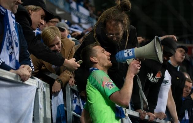 Lukas Hradecky juhatas eile staadionil ühist laulupidu, täpselt nagu aasta eest Tallinaski. Foto: Liisi Troska